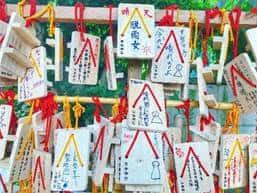 Koenji-Hikawa-Schrein Auch der Schrein mit den vielen kleinen Holztäfelchen, der im Film auftaucht, hat ein Vorbild: Es ist der Koenji-Hikawa-Schrein. Dieser hat ein kleines Areal, den Kisho-Schrein, in dem besagte Holztafeln hängen und die Leute für gutes Wetter beten.  Koordinaten: http://bit.ly/30FDMrq