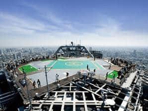 Tokyo City View Observation Deck Als Hina der Bevölkerung Tokios zum großen Feuerwerk bestes Wetter spendiert, sitzt sie auf einem Helikopterlandeplatz mitten auf einem der höchsten Gebäude der Stadt. Und das existiert auch in der Realität: Es ist das Tokyo City View Observation Deck.  Koordinaten: http://bit.ly/2Nxz8YM