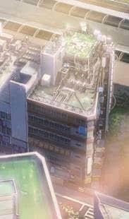 Das Yoyogi Kaikan Building Das siebenstöckige Gebäude, in dem sich so viele wichtige Szenen des Films abspielen, existierte auch in der Realität. Bis zum August 2019 stand das Yoyogi Kaikan Building im Vergnügungsstadtteil Shibuya, wurde dann jedoch abgerissen. In WEATHERING WITH YOU spielt es eine tragende Rolle, immer wieder laufen Handlungsfäden hier zusammen, auch der Schrein steht auf dem Dach des Gebäudes.  Koordinaten: http://bit.ly/30AqxIh