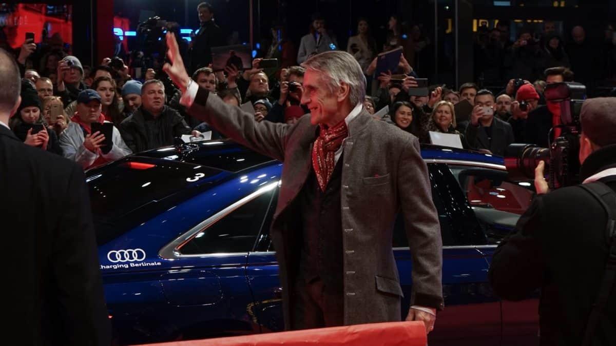 Jeremy Irons winkt den Fans bei seiner Ankunft in Berlin am Potsdamer Platz zu.