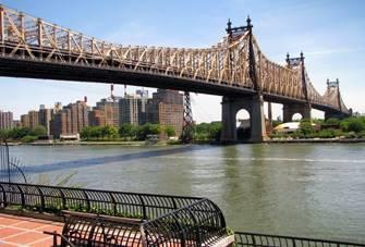 Diese Brücke kennt man aus King of Queens - und ist nur eine der 21 Bridges. Die zweistöckige Queensboro Bridge verbindet die vornehme Upper East Side von Manhattan auf Höhe der 59ten Straße mit Queens und verläuft über die im East River gelegene Roosevelt Island.