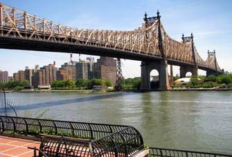 Queensboro Bridge Mit ihren zwei Stockwerken verbindet die Queensboro Bridge die vornehme Upper East Side von Manhattan- auf Höhe der 59ten Straße – mit Queens. Sie verläuft über die im East River gelegene Roosevelt Island.