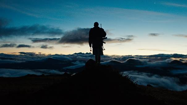 Monos erzählt in bildgewaltigen Kamera-Einstellungen ein abgründiges HERR DER FLIEGEN-Inferno im Dschungel Kolumbiens.