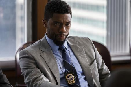 Chadwick Boseman als Andre Davies im grauen Sakko und blauen Hemd. Ein Cop im Kreuzverhör