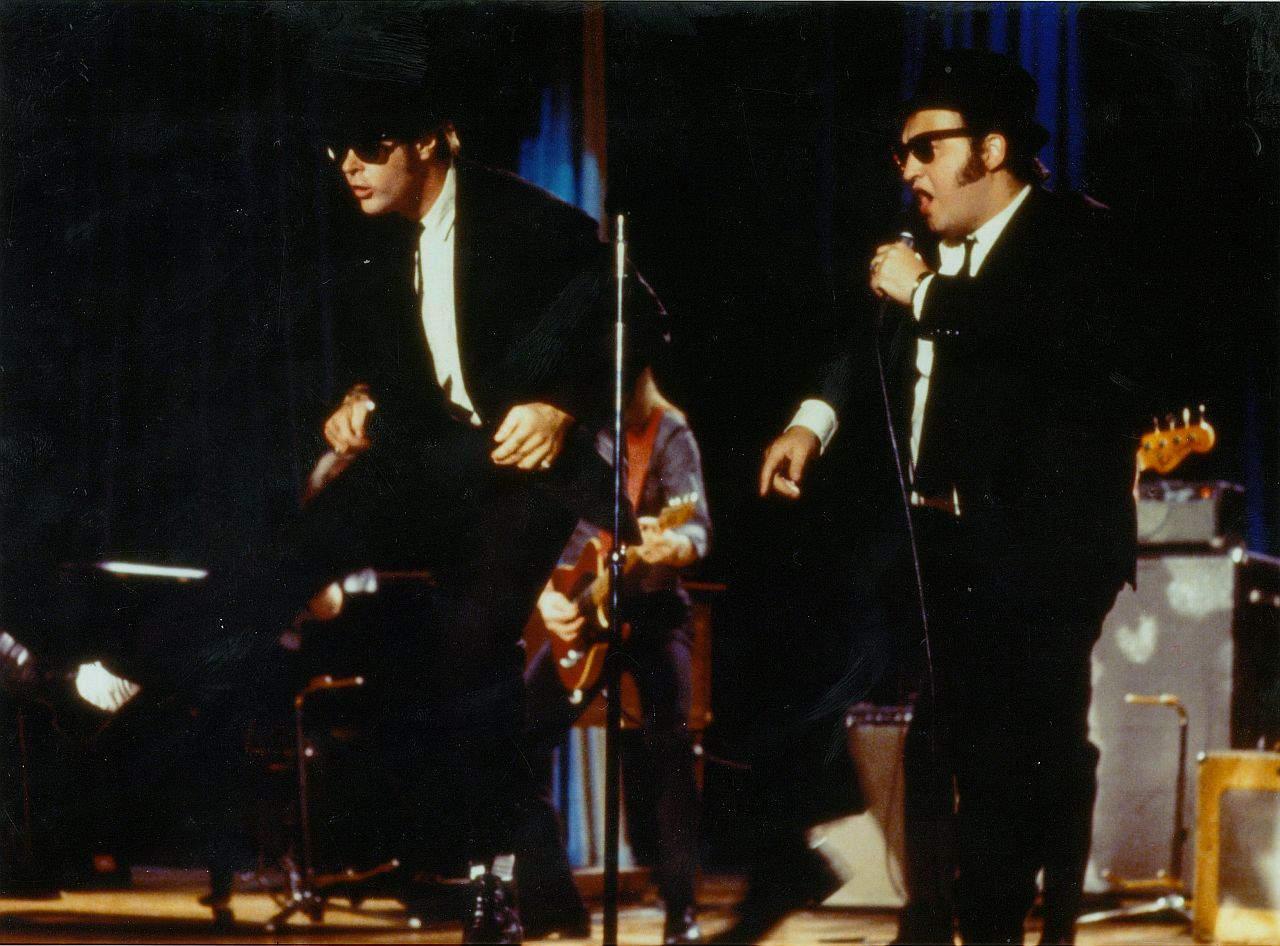 Dan Akroyd und John Belushi als Blues Brothers auf der Bühne