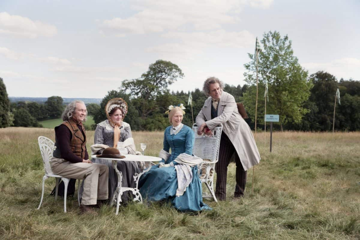 v.l.n.r.: Mr. und Mrs. Peggotty (Paul Whitehouse & Daisy May Cooper) beim Tee mit Tante Betsey (Tilda Swinton) und Mr. Dick (Hugh Laurie).