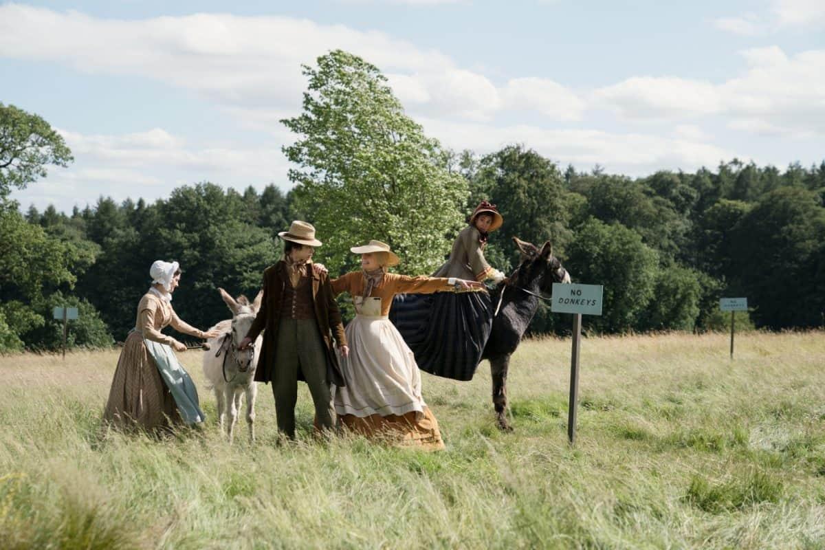 Tante Betsey (Tilda Swinton) versucht, ungebetene Gäste von ihrem Grundstück zu verscheuchen.