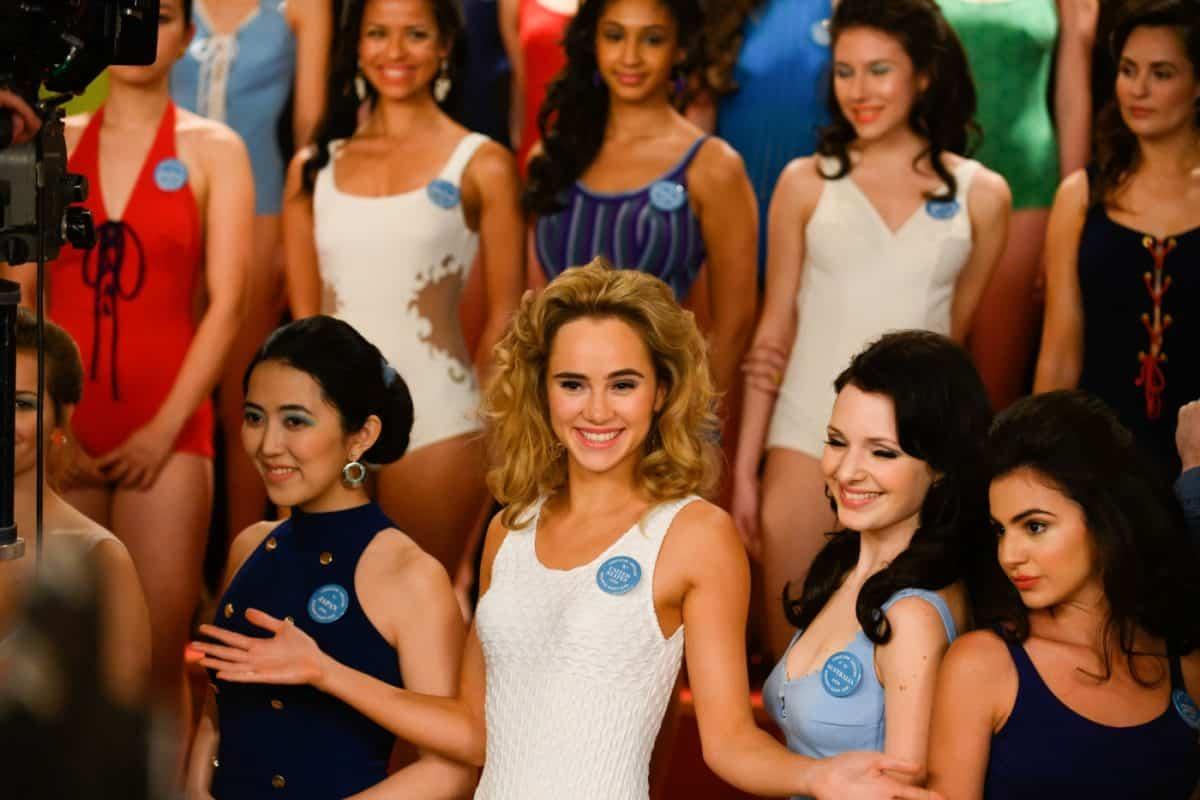 Aus der Masse hervorstechen: Miss United States (Suki Waterhouse) präsentiert sich selbstbewusst vor den Kameras.