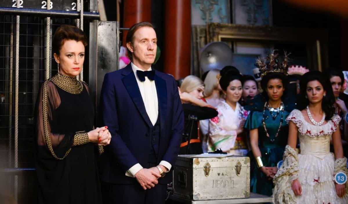 Die Misswahl Film: Das Ehepaar Julia (Keeley Hawes, links) und Eric Morley (Rhys Ifans, 2.v.l.) organisiert seit vielen Jahren die Miss-World-Wahlen.