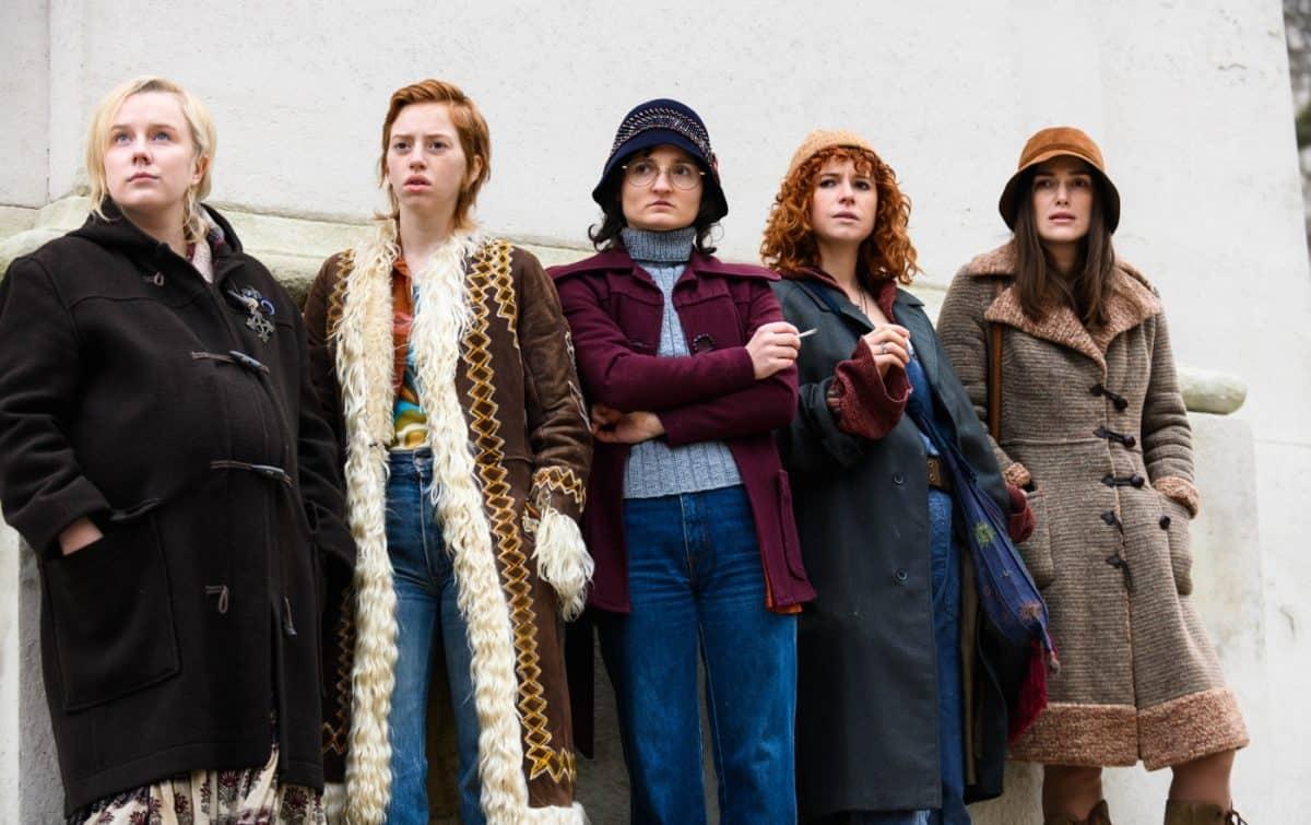 """Die Misswahl Film: Einige Mitglieder des """"Women's Liberation Movement"""" rund um Sally (Keira Knightley, rechts) und Jo (Jessie Buckley, 2.v.r.) kundschaften die Vorbereitungen des Miss-World-Events aus."""