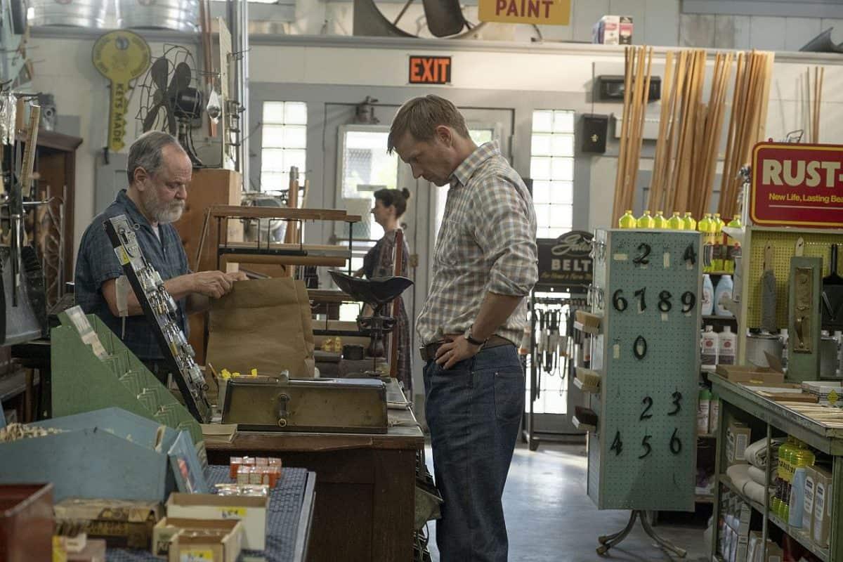 Joel Kinnaman in einem Eisenwarenladen im Film The Secret We Keep