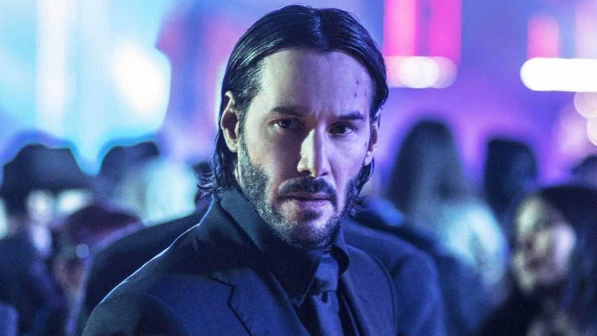 Keanu Reeves als John Wick im stylischen Anzug und drei Tage Bart