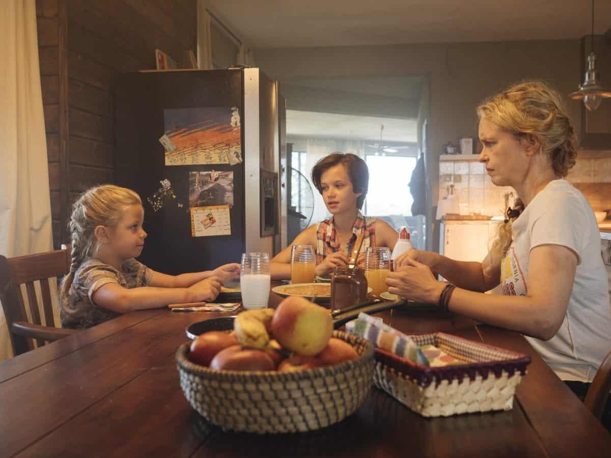 Wiebke (Nina Hoss) mit ihren Adoptivtöchtern (Katerina Lipovska und Adelia Ocleppo) Filmausschnitt Pelikanblut