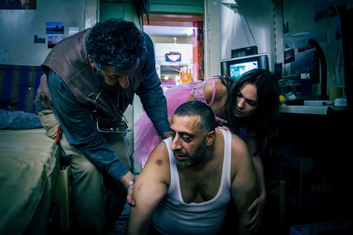 Raymond Tarabay als Hakim, Kida Ramadan als Nabil und Emma Drogunova als Juju in IN BERLIN WÄCHST KEIN ORANGENBAUM