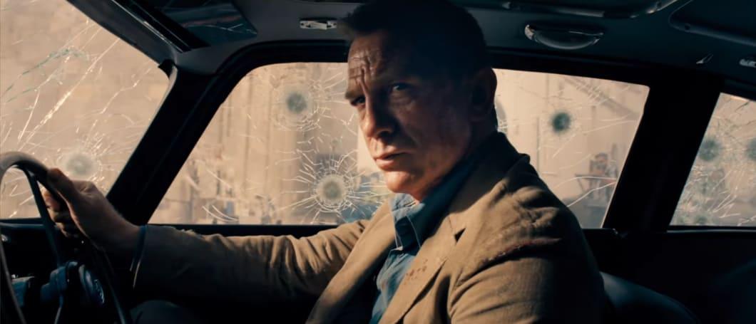 Daniel Craig skeptischer Blick im Aston Martin DB5