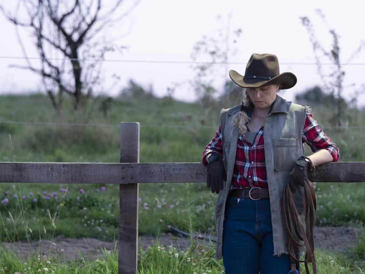 Wiebke (Nina Hoss) auf der Pferdekoppel in Pelikanblut