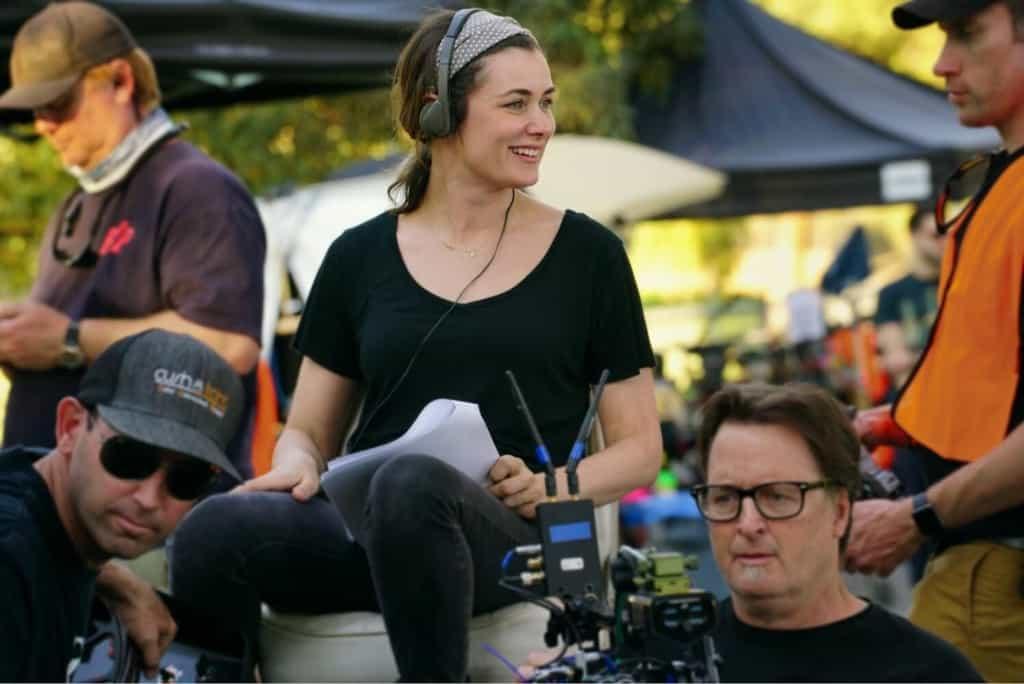Kat Coiro, die neue She Hulk Regisseurin, bei der Arbeit am Set im Regie Stuhl.