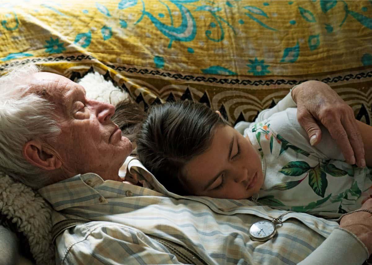 Willis (Lance Henriksen) mit seiner Enkeltochter Monica (Gabby Velis)