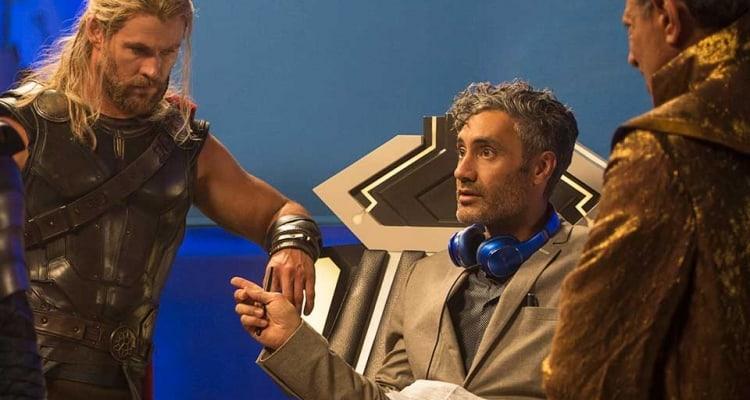 Taika Waititi am Set von Thor: Ragnarok mit Chris Hemsworth