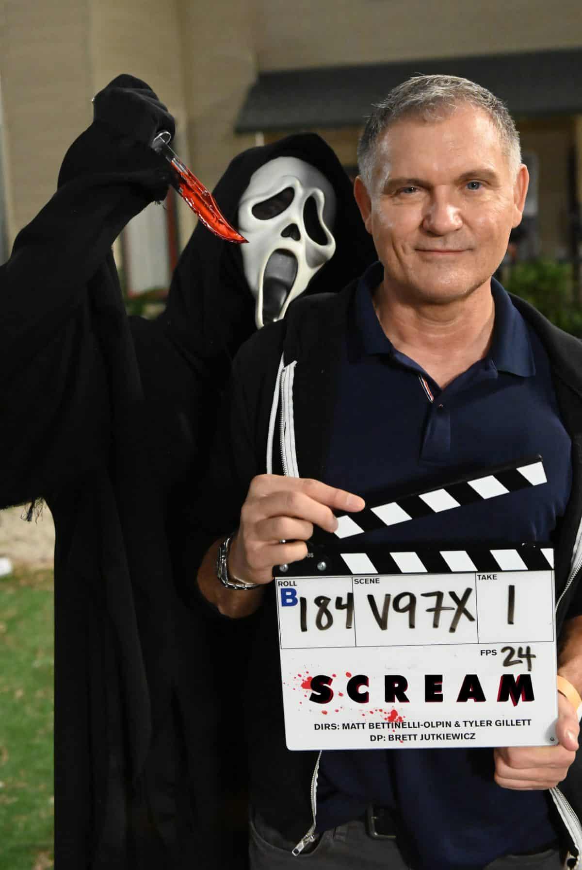 Kevin Williamson am Set von Scream 5