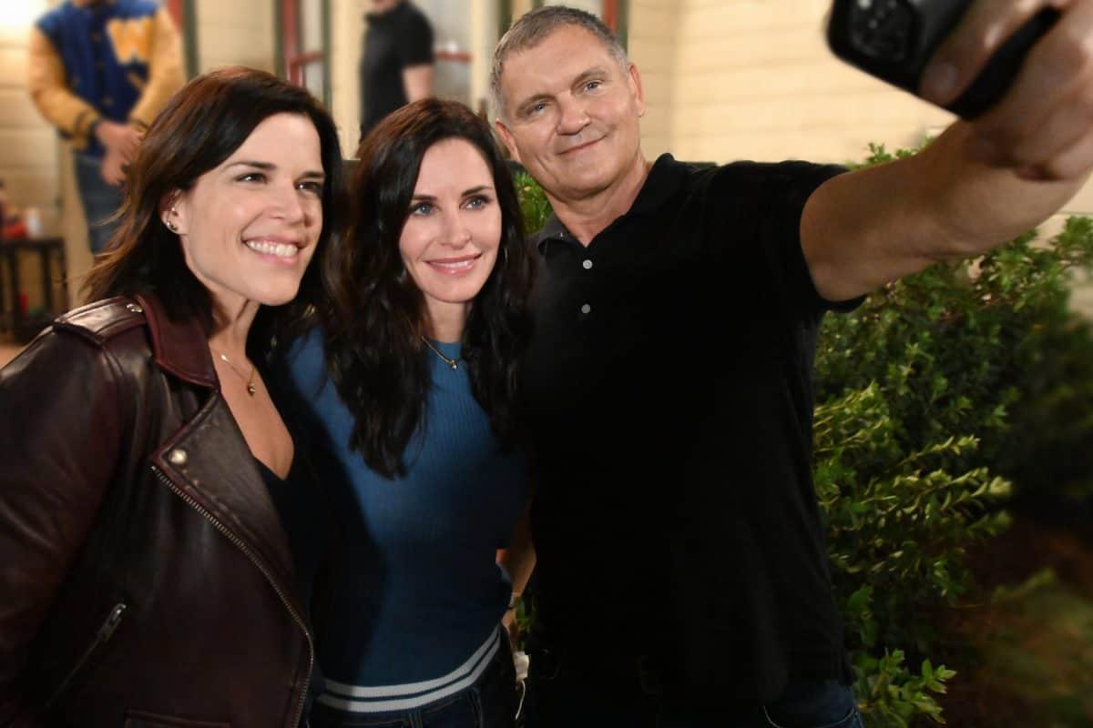 """Neve Campbell, Courteney Cox und Kevin Williamson am Set zu """"Scream"""""""