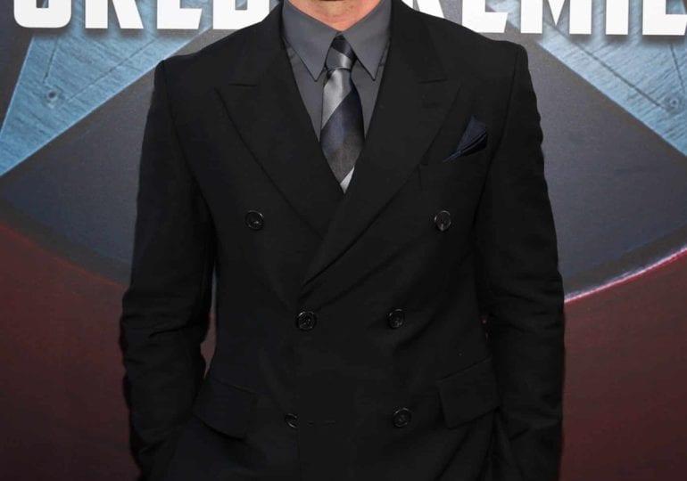 Sebastian Stan als Tommy Lee in Mini-Serie