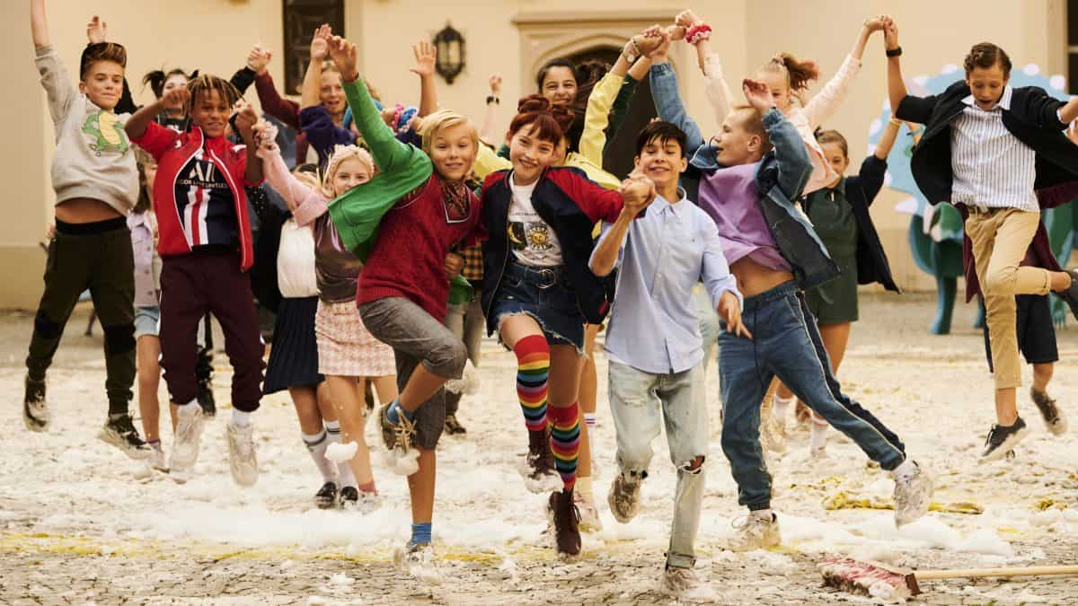 Die Kinder der SCHULE DER MAGISCHEN TIERE freuen sich und tanzen