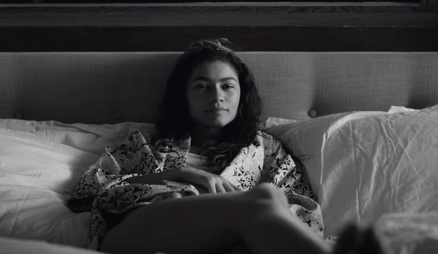 Marie liegt im seidenen Mantel im Bett