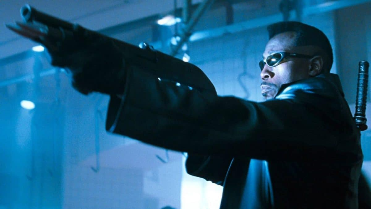 Wesley Snipes zielt mit einer Pumpgun auf Vampire . Filmausschnitt von Blade von 1998