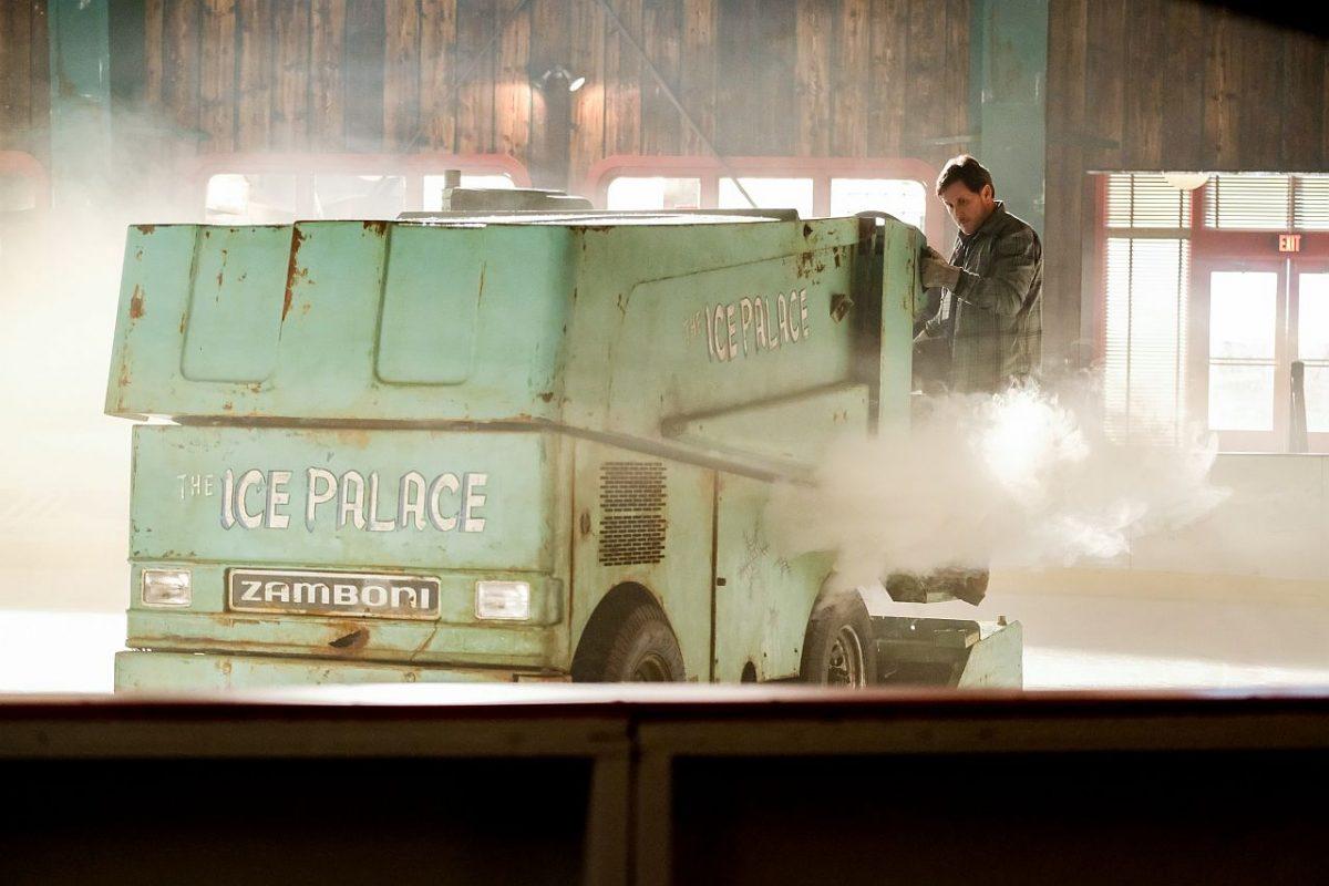 Emilio Estevez auf einer Eismaschine im Eishockeystadion bei den Mighty Ducks