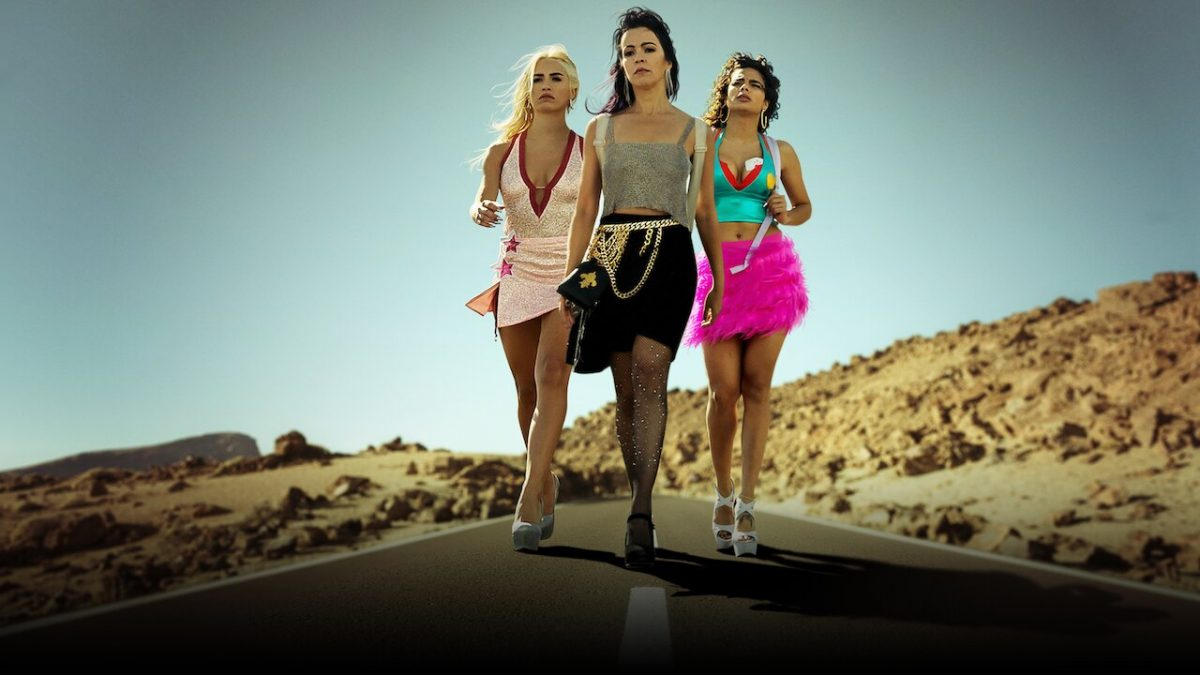 Netflix Serie Filmausschnitt zeigt drei Frage auf einer verlassenen Straße auf der Ferieninsel Teneriffa