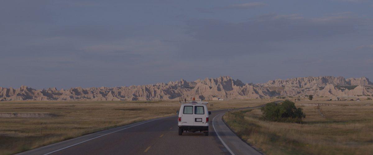 Ein Van fährt über eine Landstraße in den USA
