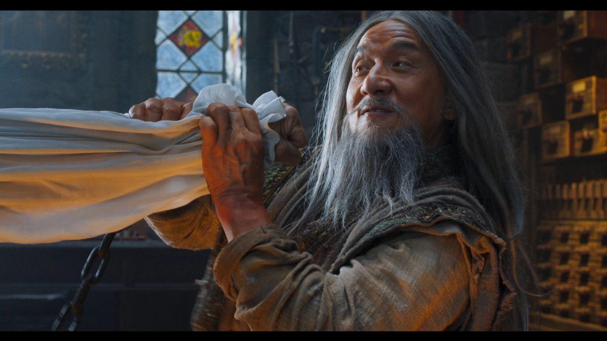 Jackie Chan mit langen grauen Haaren und Bart