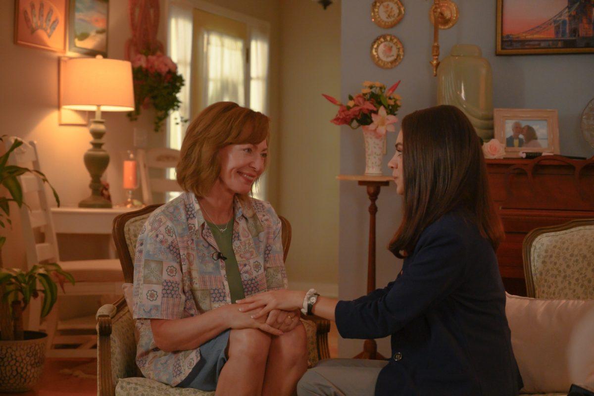 Nancy (MILA KUNIS, r.) verspricht ihrer Schwester Sue (ALLISON JANNEY, l.) Unterstützung in ihrer Lokalsendung zum Kidnapping ihres Schwagers an