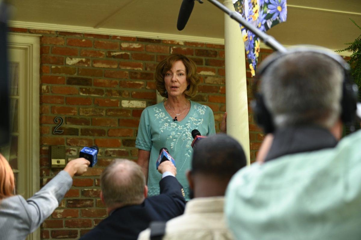 Sue Buttons (ALLISON JANNEY) stellt sich den Fragen der Lokalreporter zum Verschwinden ihres Manns