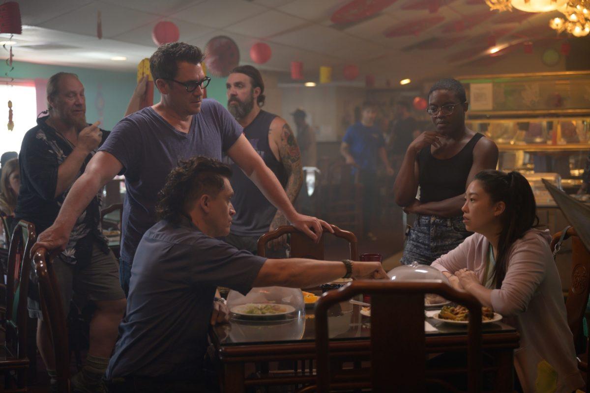 """Regisseur Tate Taylor (l.h.) beim Dreh mit Clifton Collins Jr. (""""Ray"""", l.) und Awkwafina (""""Mina"""", r.)"""