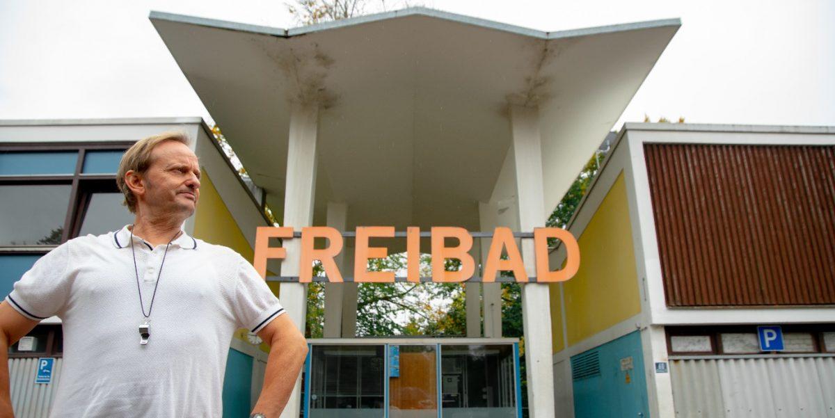 Milan Peschel als Bademeister im Film Beckenrand Sherriff