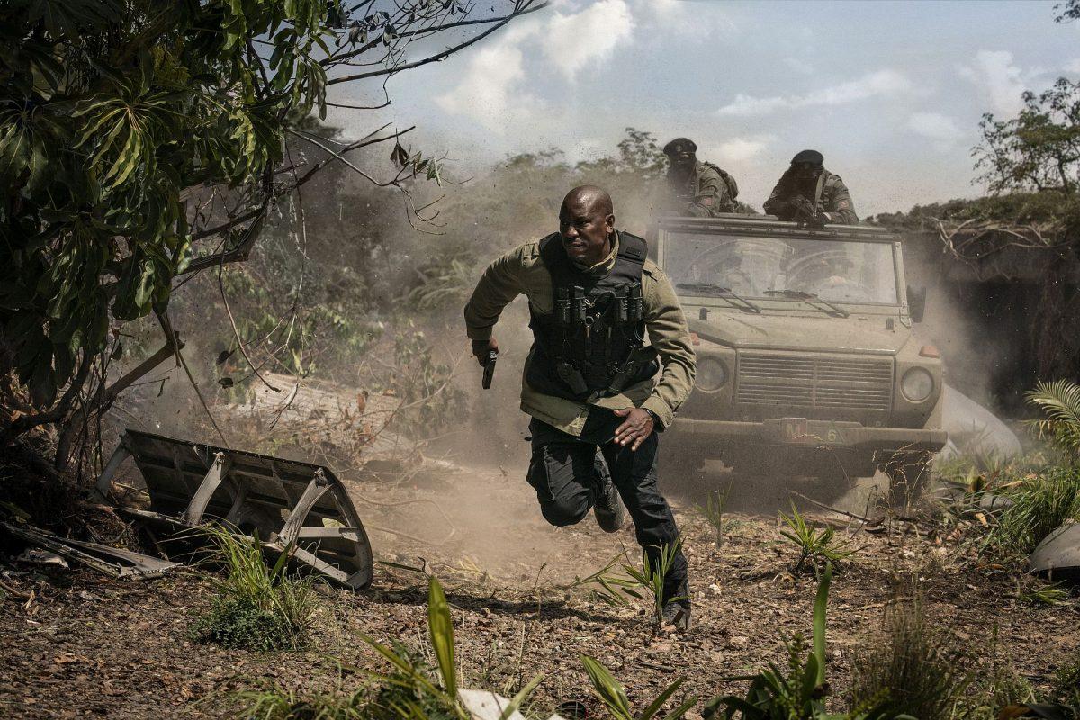 Tyreese Gibson auf der Flucht . Er wird von Schießwütigen verfolgt