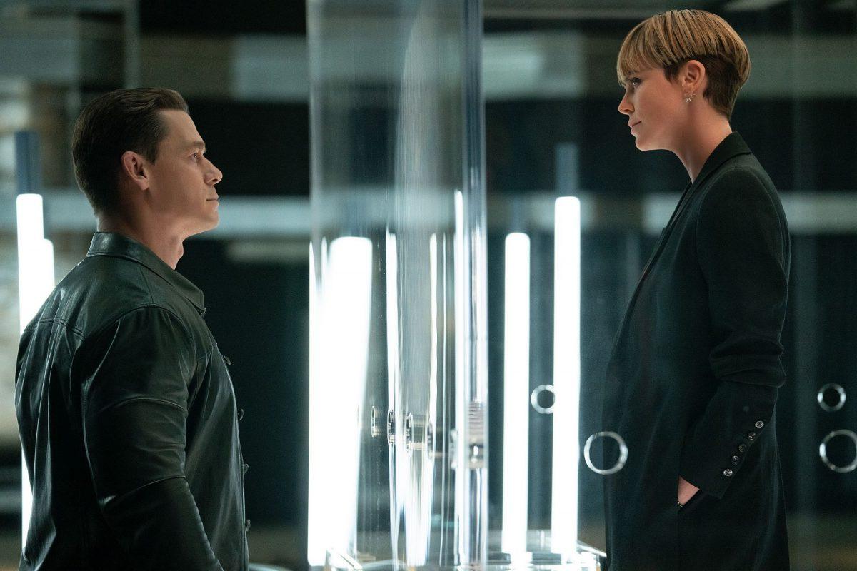 John Cena als Jakob besucht Charlize Theron als Cypher , die in einem Glaskäfig eingesperrt ist.