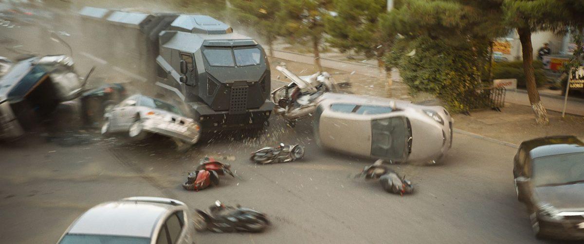 Zerstörungsorgie mit einem gepanzerten Wagen, der durch Autos pfügt