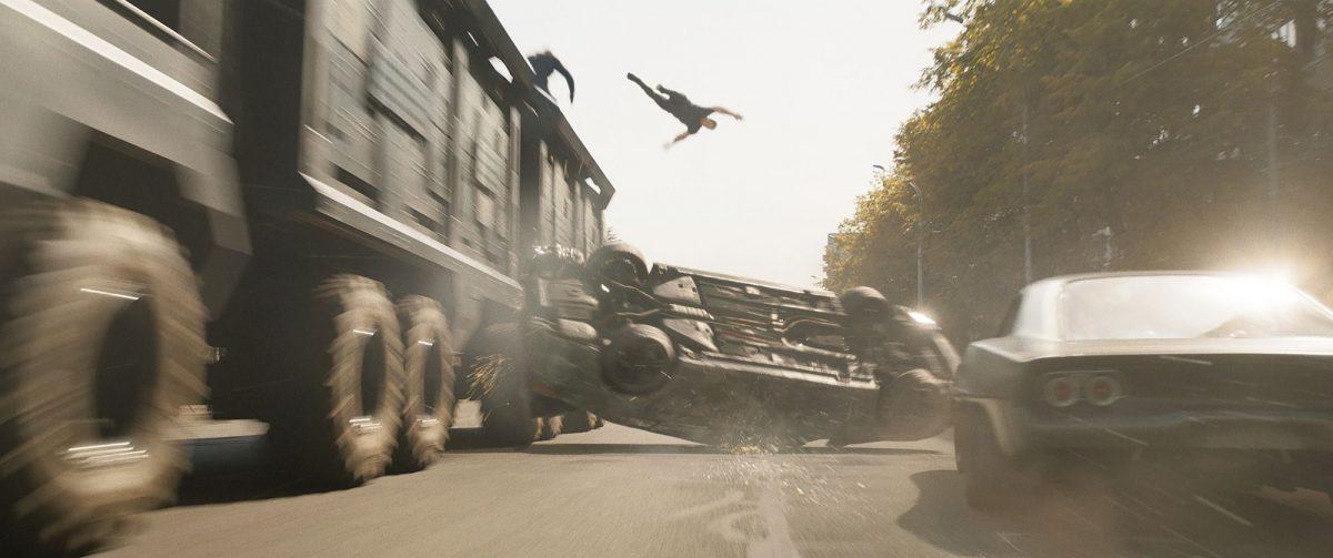 John Cena fliegt von einem fahrenden LKW
