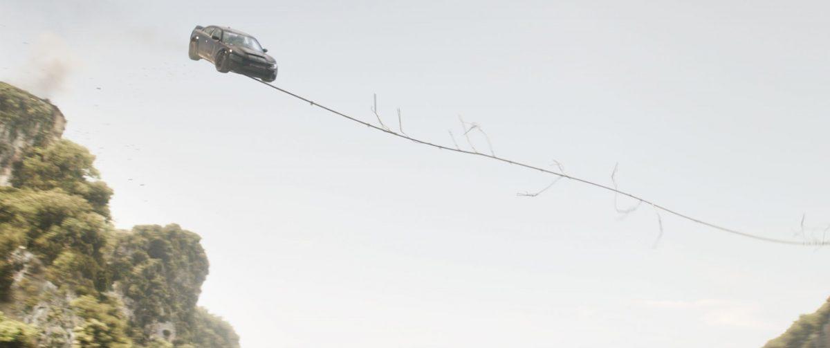 Ein Auto mit einem Stahlseil um die Vorderachse, schwingt sich über eine Schlucht