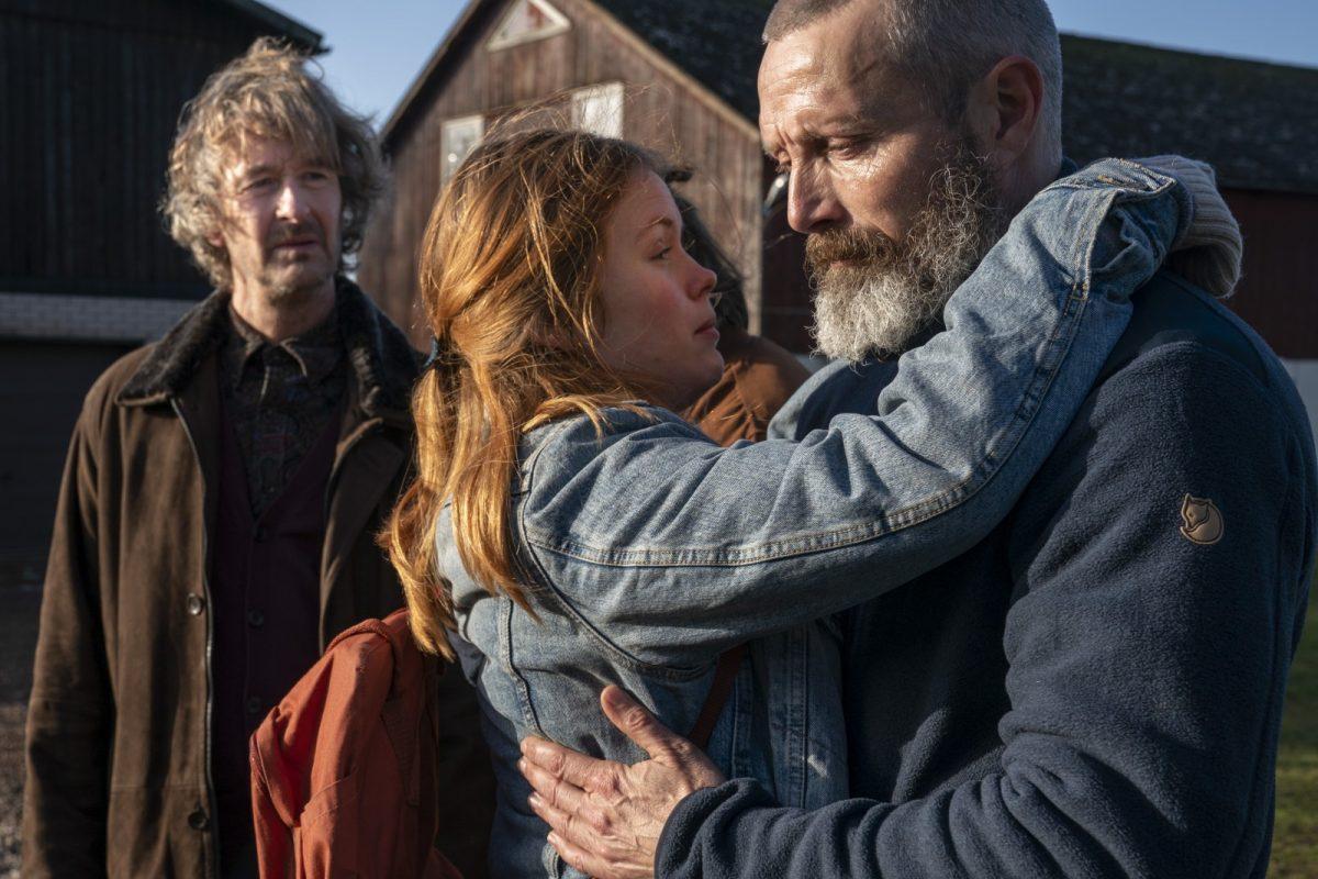 Markus ( Mads Mikkelsen - rechts im Bild) schafft es nicht seiner Tochter Mathilde (Andrea Heick Gadeber ) zu helfen. Lennart (Lars Brygmann) schaut sich das aus sicherer Entfernung an. © Splendid Film