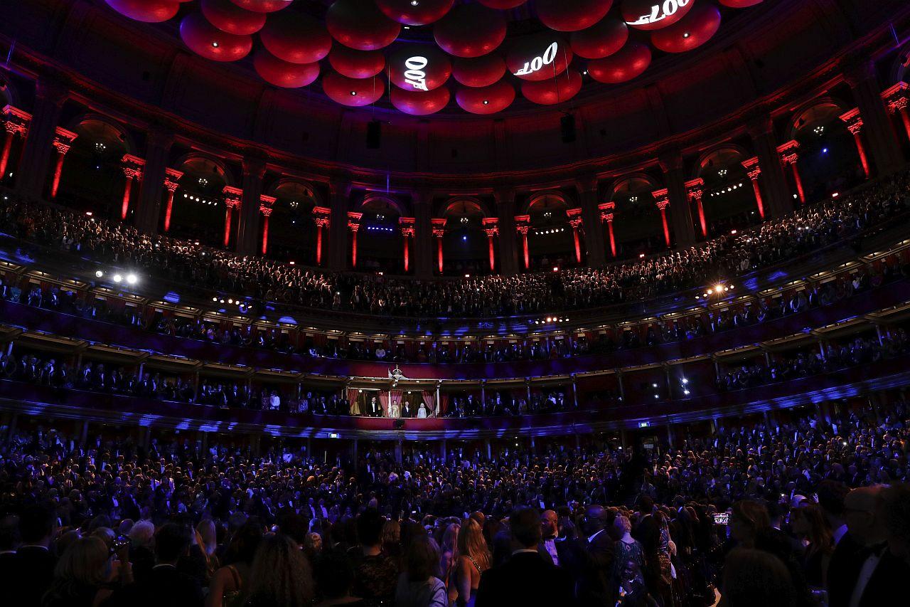 """LONDON, ENGLAND - 28. SEPTEMBER: Kinobesucher bereiten sich auf die Weltpremiere von """" KEINE ZEIT ZU STERBEN """" in der Royal Albert Hall am 28. September 2021 in London, England vor."""