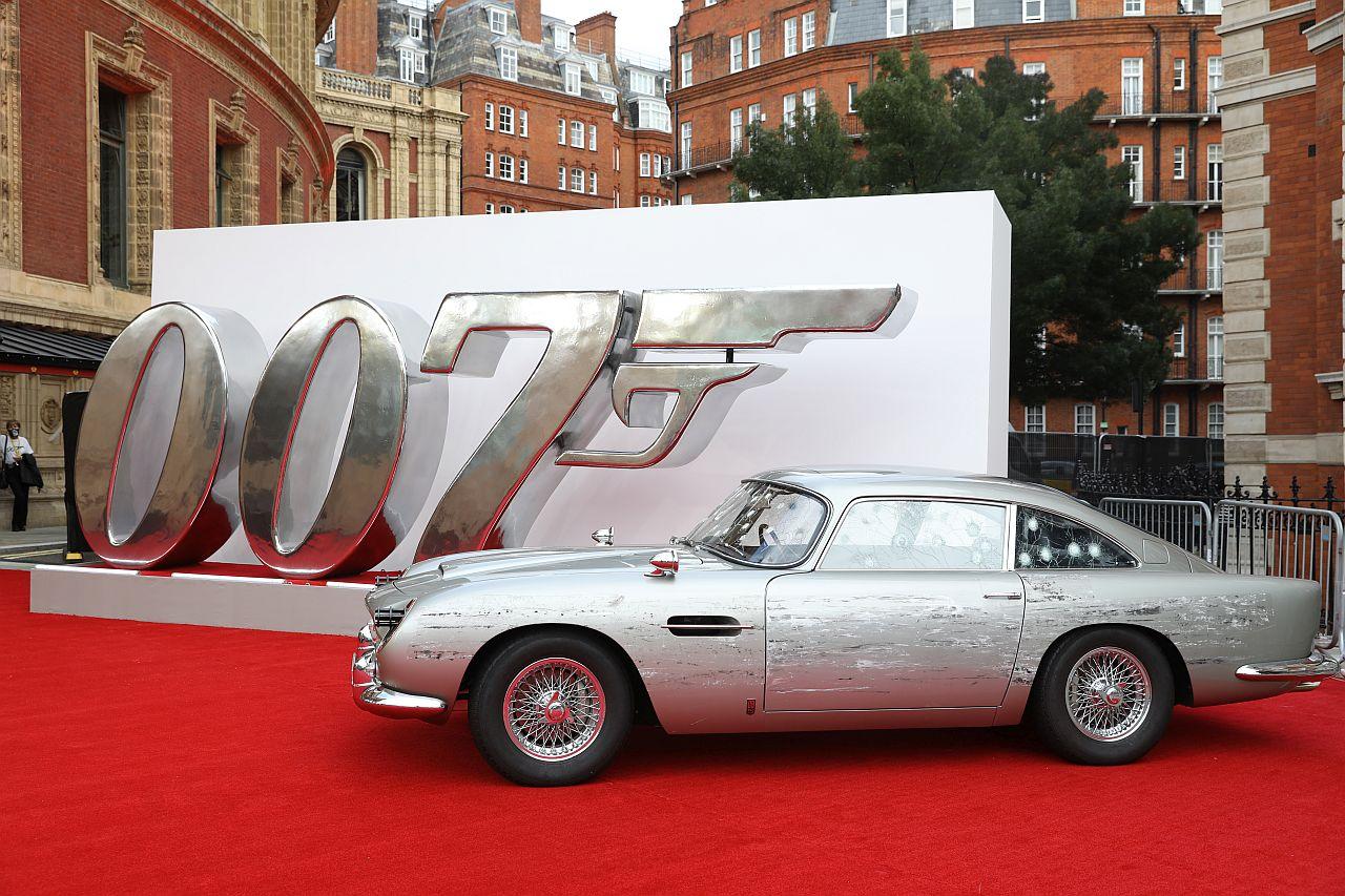 """James Bonds Aston Martin bei der Weltpremiere von """" KEINE ZEIT ZU STERBEN """""""