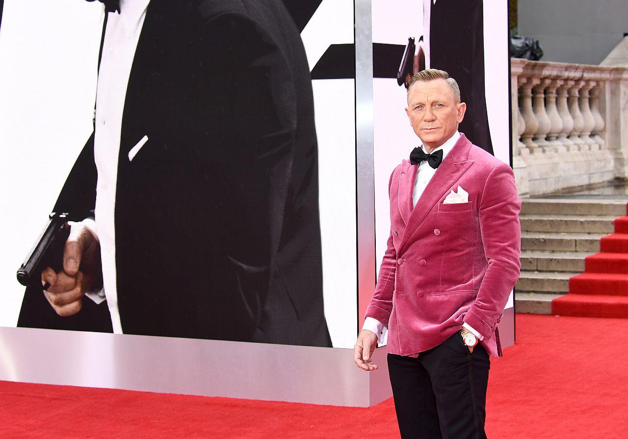 """Daniel Craig besucht die Weltpremiere von """" KEINE ZEIT ZU STERBEN """" im pinken Samt Zweireiher"""