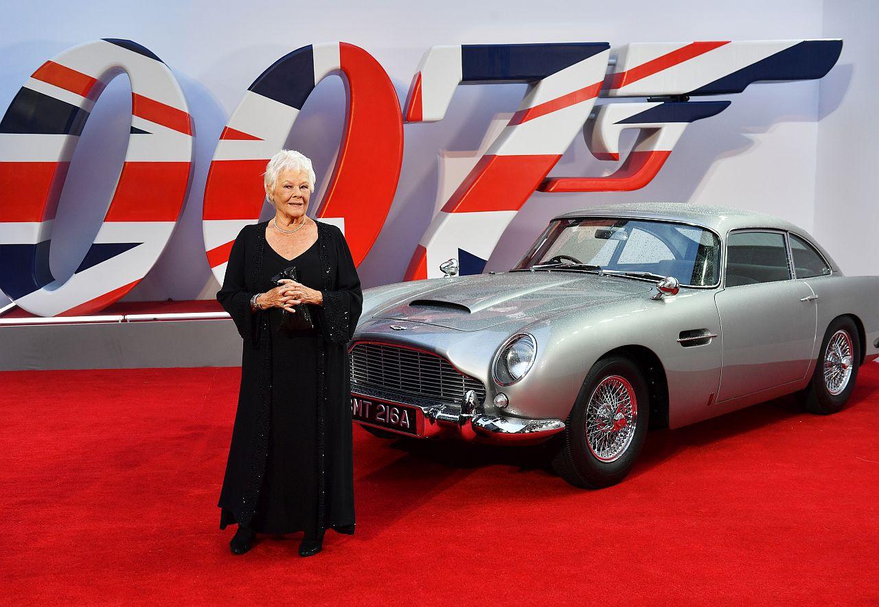 """Dame Judi Dench steht neben James Bonds Aston bei der Weltpremiere zu """"KEINE ZEIT ZU STERBEN"""""""