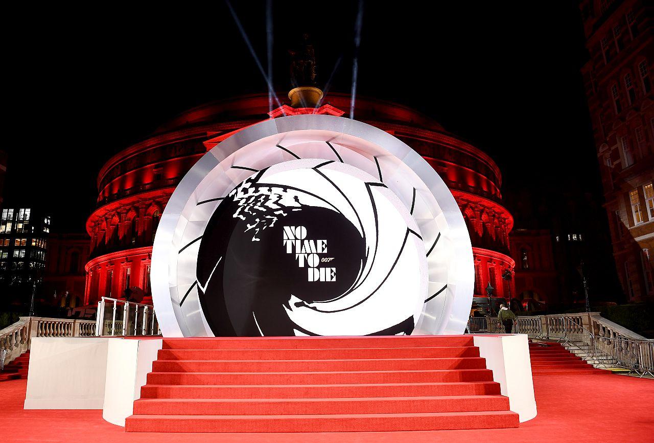 """Ein allgemeiner Blick auf den roten Teppich bei der Weltpremiere von """" KEINE ZEIT ZU STERBEN """" in der Royal Albert Hall am 28. September 2021"""