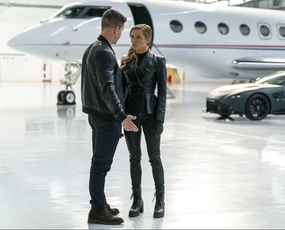 Mark Wahlberg im Gespräch mit einer Frau in einem Hangar. Film Infinite auf Amazon Prime Video
