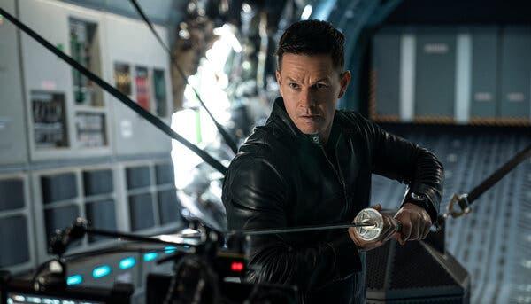 Mark Wahlberg ist Kampfbereit mit einem Samurai-Schwert in seinen Händen. Film Inifinite auf Amzon Prime Video